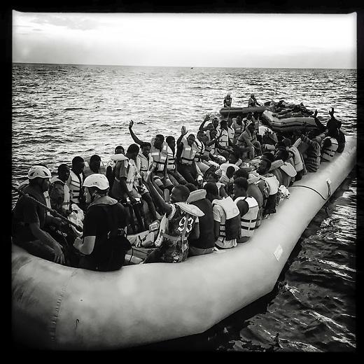 Sea Watch-2.<br /> Die Sea Watch-2 bei ihrer 13. SAR-Mission vor der libyschen Kueste.<br /> Im Bild: Gefluechtete werden von der Sea Watch-2 zu einem Schiff gebracht, welches sie nach Europa bringen soll.<br /> 21.10.2016, Mediterranean Sea<br /> Copyright: Christian-Ditsch.de<br /> [Inhaltsveraendernde Manipulation des Fotos nur nach ausdruecklicher Genehmigung des Fotografen. Vereinbarungen ueber Abtretung von Persoenlichkeitsrechten/Model Release der abgebildeten Person/Personen liegen nicht vor. NO MODEL RELEASE! Nur fuer Redaktionelle Zwecke. Don't publish without copyright Christian-Ditsch.de, Veroeffentlichung nur mit Fotografennennung, sowie gegen Honorar, MwSt. und Beleg. Konto: I N G - D i B a, IBAN DE58500105175400192269, BIC INGDDEFFXXX, Kontakt: post@christian-ditsch.de<br /> Bei der Bearbeitung der Dateiinformationen darf die Urheberkennzeichnung in den EXIF- und  IPTC-Daten nicht entfernt werden, diese sind in digitalen Medien nach &sect;95c UrhG rechtlich geschuetzt. Der Urhebervermerk wird gemaess &sect;13 UrhG verlangt.]