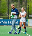 BLOEMENDAAL - assistent-coach Daan Sabel (Pin) met Anouk Lambers (Pin)   , Libera hoofdklasse hockey Bloemendaal-Pinoke (0-0). COPYRIGHT KOEN SUYK