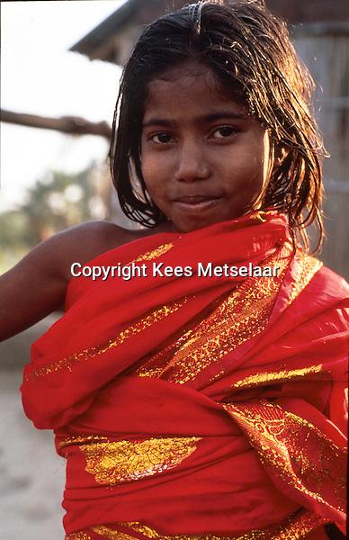 Bangladesh, Dhaka, 26 Januari 1991..Meisje in haar mooiste kleren, a rode jurk met gouden draad...Girl in her beautiful red dress with gold thread...Photo by Kees Metselaar