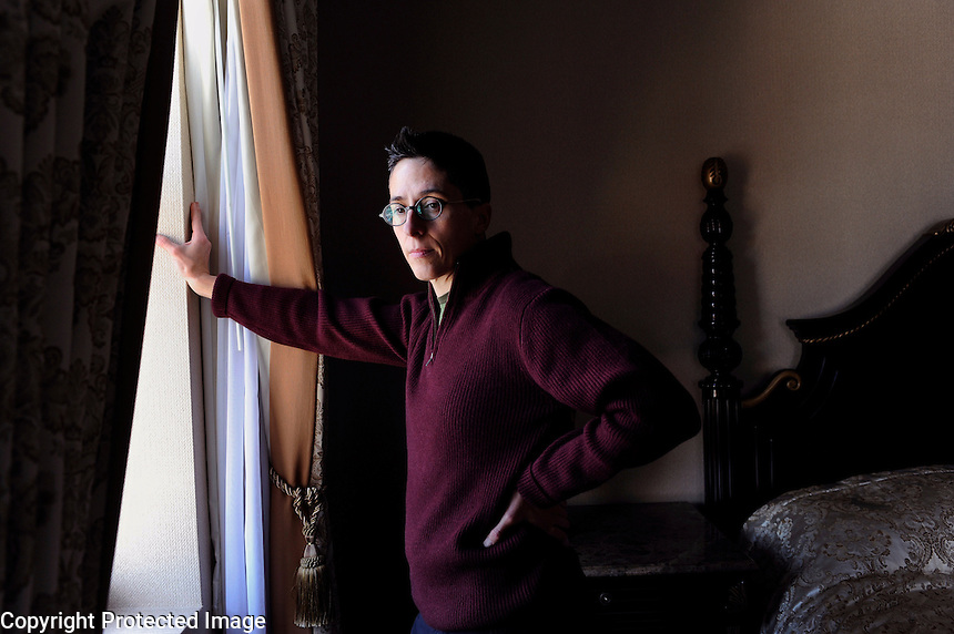 USA. New York. 18th November 2008..Alison Bechdel at The Lucerne Hotel, Manhattan..©Andrew Testa..FOR EMMA BROCKES INTERVIEW