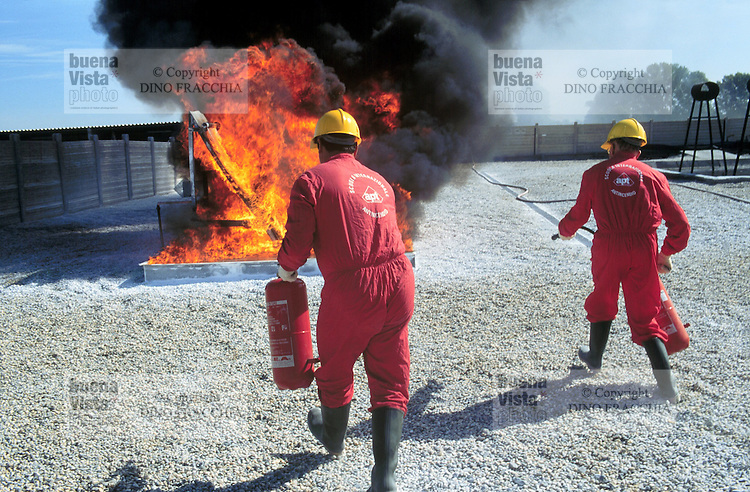- APT, accident-prevention and antifire school for personnel employed in dangerous jobs, extinction of a fire with extinguisher ....- APT, scuola antincendi ed antinfortunistica per personale addetto a lavori pericolosi, spegnimento di un incendio con estintore