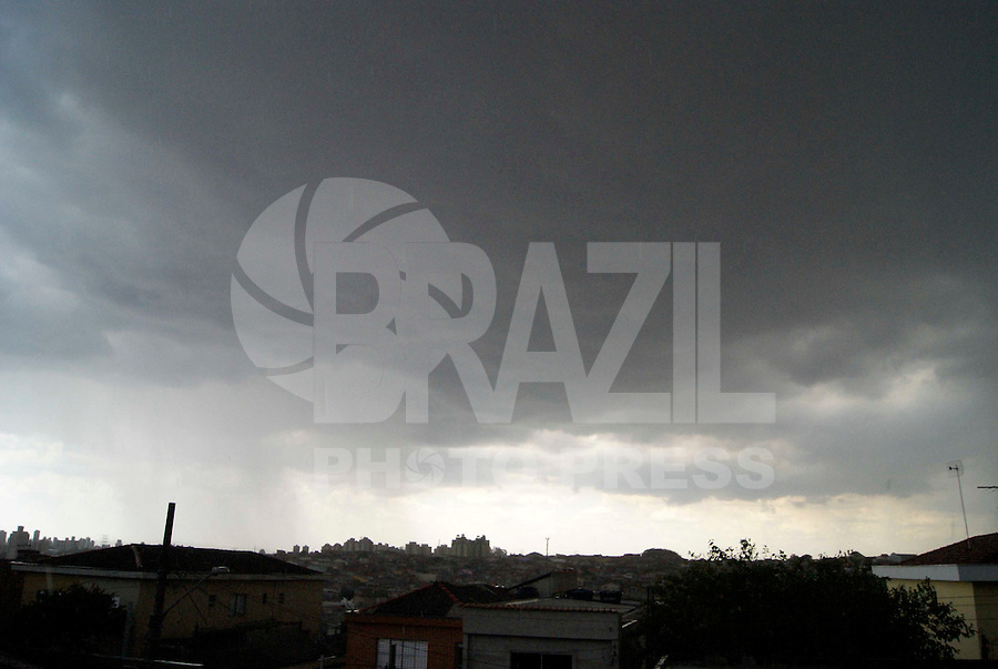 SAO PAULO, SP, 09 DE FEVEREIRO DE 2012 - CLIMA TEMPO CAPITAL PAULISTA - Ceu encoberto e visto a partir da Vila Prudente na regiao leste da capital paulista, nesta quinta-feira, 09. (FOTO: WILLIAM VOLCOV - NEWS FREE).