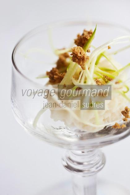 Europe/France/Bretagne/29/Finistère/Carantec:  Crème glacée d'asperges blanches et crumble de sarrasin,<br />  - Recette de Patrick Jeffroy  -  Restaurant: Patrick Jeffroy - Hôtel de Carantec