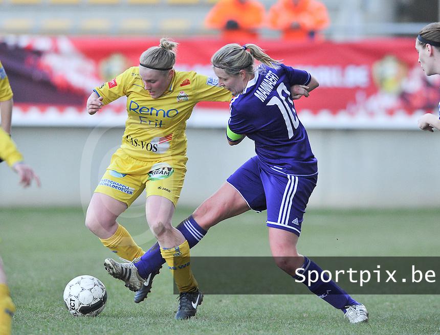 Waasland Beveren Sinaai Girls - RSC Anderlecht : duel tussen Wiene Van Guyse (links) en Sophie Mannaert.foto DAVID CATRY / Nikonpro.be