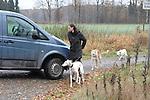 Am frühen Morgen nach der Trauerfeier ging Teresa Enke unweit Ihres Anwesen mit den Hunden allein mit ihren Hunden spazieren. Am Ende des Weges galoppierte ihr braunes Pferd auf der Weide.<br />  <br /> Foto: © nph ( nordphoto )  <br /> <br />  *** Local Caption *** Fotos sind ohne vorherigen schriftliche Zustimmung ausschliesslich für redaktionelle Publikationszwecke zu verwenden.<br /> Auf Anfrage in hoeherer Qualitaet/Aufloesung