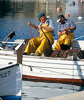 Spain, Balearic Islands, Menorca, Cala Fonts: Fishermen Mending Nets | Spanien, Balearen, Menorca, Cala Fonts: Fischer beim Netze flicken