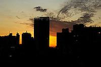 SÃO PAULO, SP, 08.06.2016 - CLIMA-SP- Pôr do Sol visto  no centro de São Paulo (SP) nesta quarta-feira (8). (Foto: Adailton Damasceno/Brazil Photo Press)
