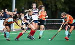 HUIZEN  -  Sascha Olderaan (HUI) met Laura van Weeren (Gro) en links Robine Koerts (Gro)   , hoofdklasse competitiewedstrijd hockey dames, Huizen-Groningen (1-1)   COPYRIGHT  KOEN SUYK