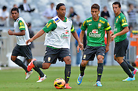 BELO HORIZONTE, MG, 23 DE ABRIL DE 2013 - BRASIL x CHILE - Ronaldinho Gaucho (e) e Marcos Rocha (d), durante treino da Selecao Brasileira de Futebol no Estadio Mineirao, em Belo Horizonte MG. O Brasil enfrenta o Chile em amistoso preparatorio para a Copa das Confederacoes 2013. FOTO. DOUGLAS MAGNO / BRAZIL PHOTO PRESS