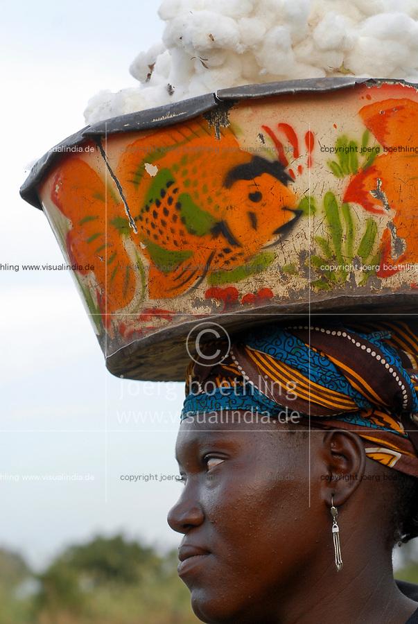 MALI , Bougouni , women harvest fair trade organic cotton, woman carry cotton yield in enamle bowl on the head / MALI , Bougouni, Fair trade und Biobaumwolle Projekt - Baumwollernte Frau Bintou Bagayoko 30 Jahre aus Dorf Faragouaran