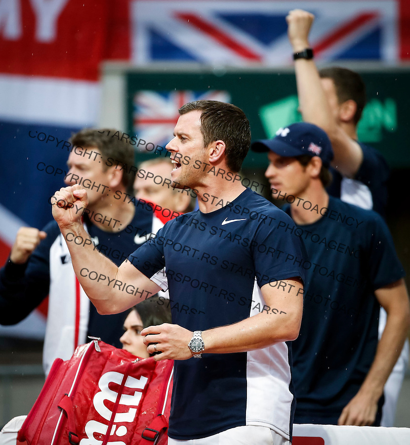 BELGRADE, SERBIA - JULY 15: Team captain Leon Smith (C) and Andy Murray (R) cheer Kyle Edmund of Great Britain during the Davis Cup Quarter Final match between Serbia and Great Britain on Stadium Tasmajdan on July 15, 2016 in Belgrade, Serbia. (Photo by Srdjan Stevanovic/Getty Images)