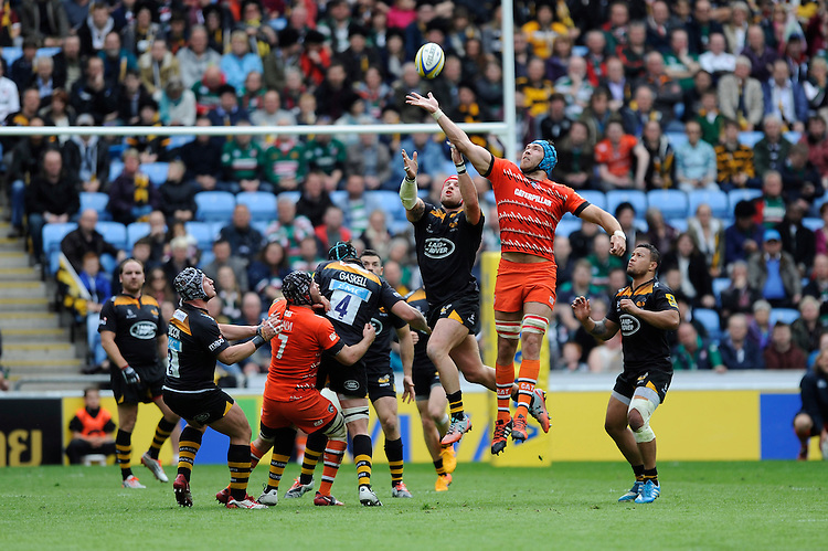 Graham Kitchener of Leicester Tigers and James Haskell of Wasps compete for the high ball