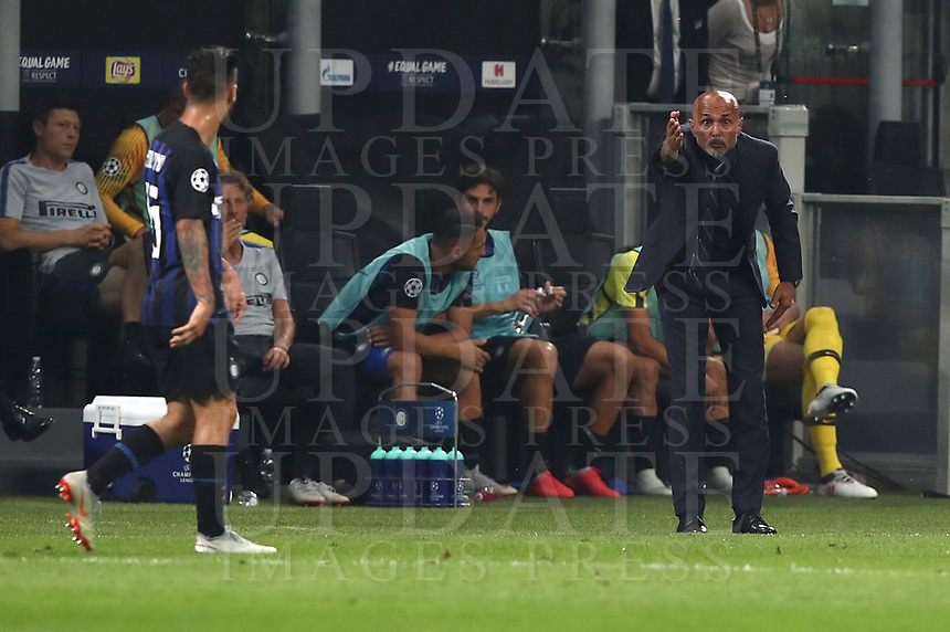 Football Soccer: UEFA Champions League FC Internazionale Milano vs Tottenham Hotspur FC, Giuseppe Meazza stadium, September 15, 2018.<br /> Inter's coach Luciano Spalletti speaks to his players during the Uefa Champions League football match between Internazionale Milano and Tottenham Hotspur at Giuseppe Meazza (San Siro) stadium, September 18, 2018.<br /> UPDATE IMAGES PRESS/Isabella Bonotto