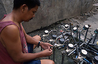 PHILIPPINES Manila, slum dweller in slum in Quezon city, water supply, water meter / PHILIPPINEN, Megacity Manila, Slumbewohner in Quezon City , Wasserversorgung, Wasserzaehler