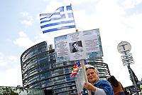 Manifestante pro Tsipras<br /> Strasburgo 08-07-2015 Seduta del Parlamento Europeo<br /> Foto Elyxandro Cegarra / Panoramic/ Insidefoto