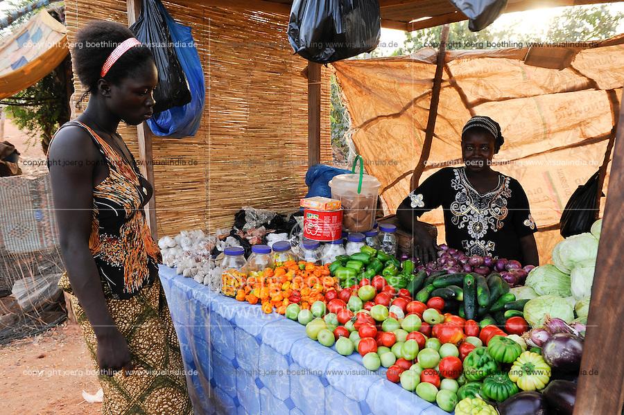 BURKINA FASO Kaya, diocese bank gives micro loan for women for income generation, women grow and sell vegetables directly at market /  BURKINA FASO Kaya, Bank der Dioezese Kaya vergibt Mikrokredite fuer Kleinunternehmer zur Einkommensfoerderung, Kartoffel- und Gemuese Anbau von Frau OUEDRAOGO, Direktverkauf auf dem Markt