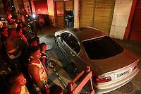 Rio de  Jabnneiro,7 de  agosto de  2012- Um homem foi assassinado na tarde desta ter&ccedil;a-feira (7) na rua 24 de Maio, no M&eacute;ier, zona norte do Rio de Janeiro.<br /> <br /> De acordo com a Pol&iacute;cia Militar, dois homens passavam em uma moto, atiraram e mataram a v&iacute;tima, que estava dentro de um BMW.<br /> <br /> Policiais do Batalh&atilde;o do M&eacute;ier (3&ordm; BPM) fazem buscas no local para localizar os suspeitos. At&eacute; as 18h45 desta ter&ccedil;a-feira a v&iacute;tima n&atilde;o havia sido identificada.<br /> Guto Maia /Brazil Photo Press