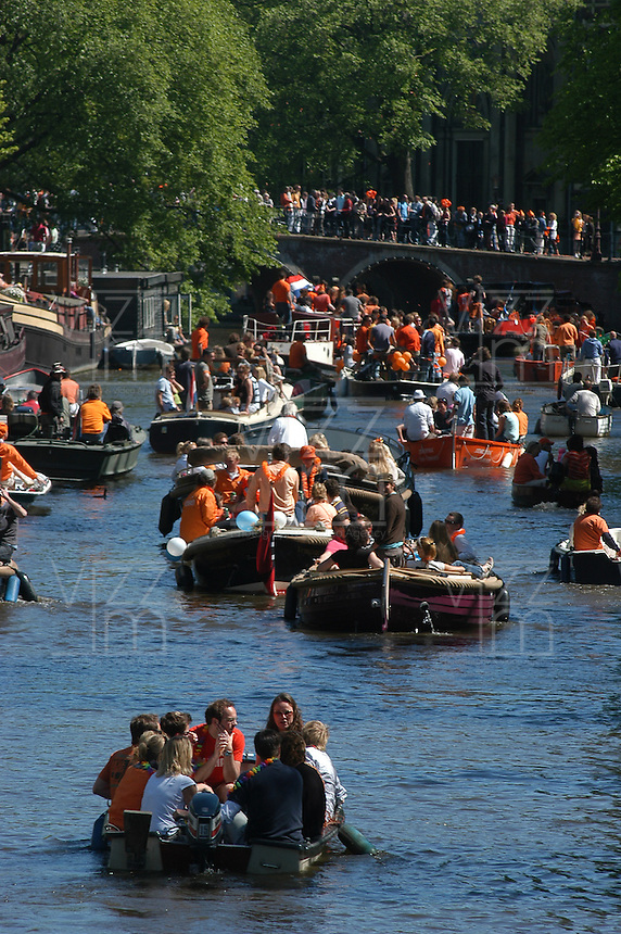 AMSTERDAM-HOLANDA- Botes navegando por los canales de agua de la ciudad durante el día de la Reina./ Boats sailing the waterways during the Queen's day.   Photo: VizzorImage/STR