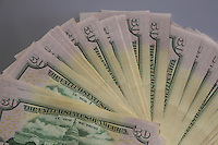 SAO PAULO, SP, 12.12.2014 - ECONOMIA - DOLAR - Imagem de notas da moeda norte-americana Dolar, para ilustração de matéria de economia. O dólar subiu e chegou a atingir R$ 2,66 nesta sexta-feira (12), renovando o maior patamar em quase 10 anos, devido a diversos fatores econômicos e até políticos, como apreensão dos investidores diante da queda dos preços do petróleo e o futuro do programa de intervenções do Banco Central no câmbio, de acordo com a agência Reuters.<br /> Por volta das 16h40, o dólar subia 0,42%, a R$ 2,6587 na venda, após avançar 1,34% na véspera e fechar no maior nível desde abril de 2005. (Foto: Thiago Ferreira / Brazil Photo Press).