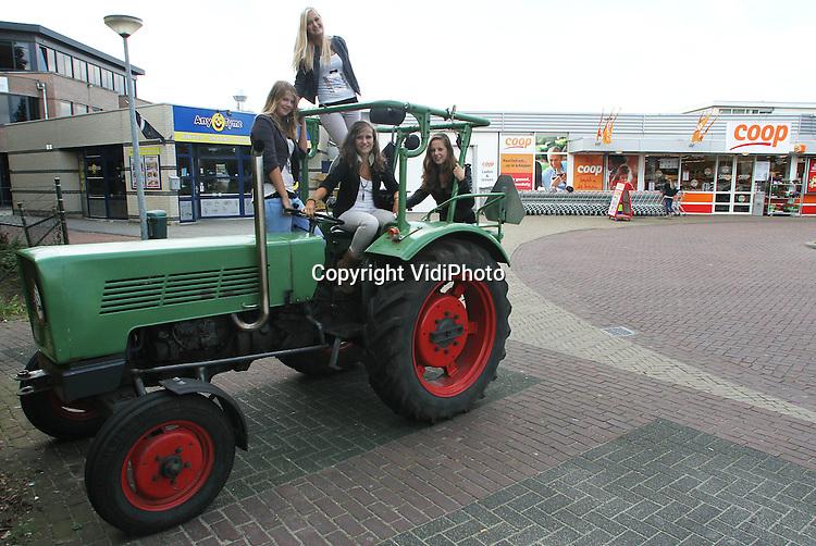 Foto: VidiPhoto..BARNEVELD - De vijftienjarige Bart van den Berg uit Terschuur parkeert maandag zijn tractor op de parkeerplaats van de Coop in Barneveld. De vmbo-scholengemeenschap De Meerwaarde verbiedt leerlingen sinds vorige week met de tractor naar school te komen. De verkeersveiligheid rond de school zou daarbij in het geding zijn. Bart heeft daarom een ander parkeerplekje gevonden in de buurt van de school. Foto: Mede dankzij zijn tractor is Bart ook populair bij de dames..