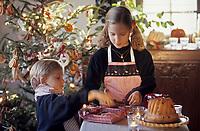 Europe/France/Alsace/68/Haut-Rhin/Ungersheim: Ecomusée d'Alsace - Enfants préparant le spin de Noël (AUTORISATION N°246-247)