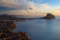 Spain, Costa Blanca, Calp: Sunrise over Calp and the Penon de Ifach | Spanien, Costa Blanca, Calp: beliebter Urlaubsort mit dem Penyal d'Ifac bei Sonnenaufgang