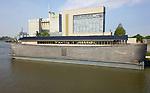 """Foto: VidiPhoto<br /> <br /> WAGENINGEN – De """"Ark van Noach"""" ligt sinds vrijdag in de Rijnhaven van Wageningen. De Ark deed er vier uur over om van ligplaats Wijk bij Duurstede stroomopwaarts naar Wageningen te varen. Saillant detail: de replica van de Bijbelse 'reddingsboot' -die zo'n 4000 jaar geleden aan Noach, zijn gezin en honderden dieren een veilig onderkomen bood tijdens de Zondvloed- ligt precies tegenover Agruniek/Rijnvallei: een veevoederfabriek. Het schip is gebouwd door timmerman Johan Huibers en in 2010 verkocht aan Aad Peters. Die maakte er een VerhalenArk van. Vanaf zaterdag is de ark geopend voor publiek. Volgens Peters blijft het vaartuig zeker enkele maanden in Wageningen."""