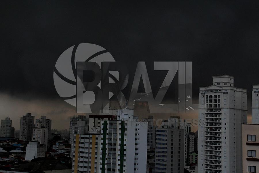 SÃO PAULO, SP, 08/02/2013, NUVENS CARREGADAS. A capital paulista está com alerta para chuvas de intensidade fortes, nuvens carregadas podem ser vistas sobre a cidade na tarde dessa Sexta-feira (8). FOTO: Luiz Guarnieri/ Brazil Photo Press