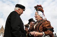 Westfriese Folkloredagen in Schagen. Sinds 1953 organiseert de Stichting ter Bevordering van de West-Friese Folklore de 10 West-Friese donderdagen. Deze donderdagen staan in het teken van o.a. leven, werken en kleden anno 1910. Klederdrachtdag. De vrouw draagt klederdracht uit Enkhuizen