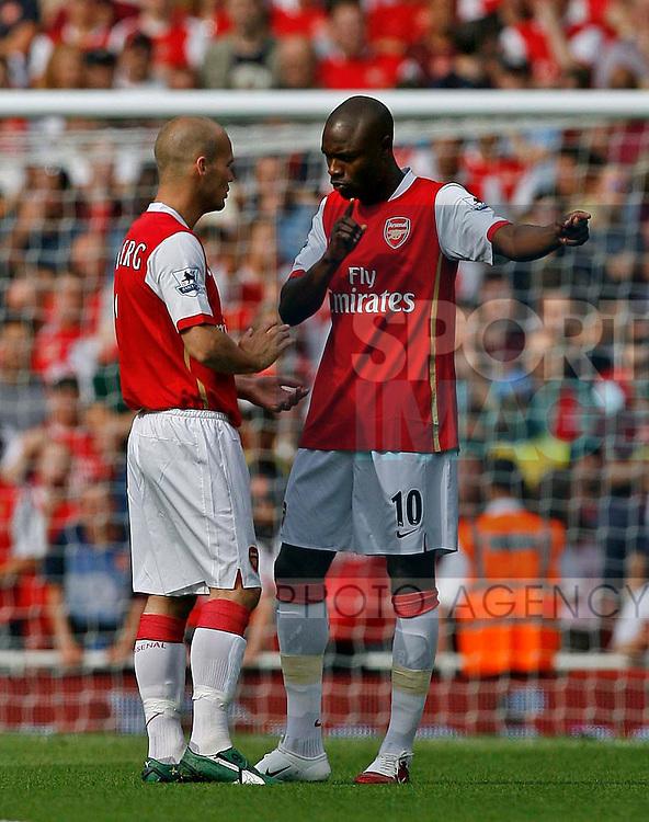 Arsenal's William Gallas (R) discusses tactics with Freddie Ljungberg.