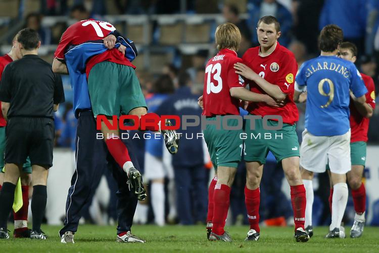 U21 - EM 2004 - Gruppe A<br /> Italien vs. Belarus 1:2<br /> Roman Kirenkin (links), Viktar Sokal (Mitte) und Valery Tarasenka (2. v. rechts) von Belarus bejubeln den Sieg gegen Italien. Rechts im Foto Alberto Gilardino von Italien.<br /> Foto &copy; nordphoto - Ruediger Lampe<br /> <br />  *** Local Caption *** Foto ist honorarpflichtig! zzgl. gesetzl. MwSt.<br />  Belegexemplar erforderlich<br /> Adresse: nordphoto<br /> Georg-Reinke-Strasse 1<br /> 49377 Vechta