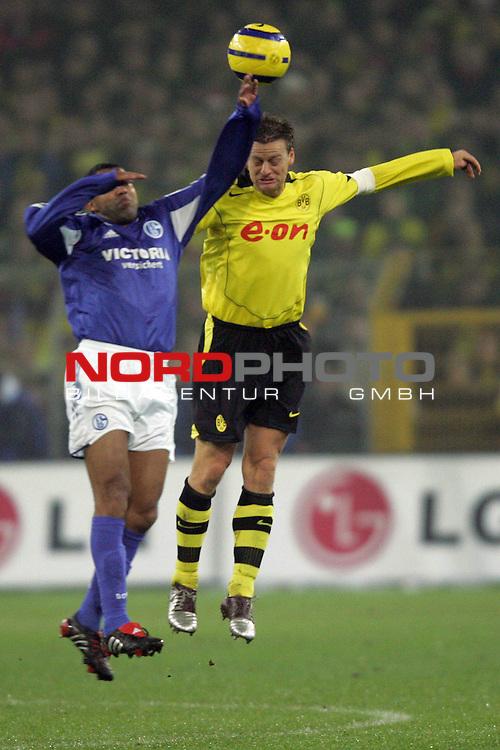 BL 2004/2005 -  16. Spieltag - Hinrunde<br /> <br /> Borussia Dortmund vs. FC Schalke 04<br /> <br /> <br /> <br /> Ailton (links) von Schalke im Kopfball Duell mit Christian Woerns (rechts) von Dortmund.<br /> <br /> <br /> <br /> Foto &copy; nordphoto - Ruediger Lampe<br /> <br /> <br /> <br />  *** Local Caption *** Foto ist honorarpflichtig! zzgl. gesetzl. MwSt.<br /> <br /> Belegexemplar erforderlich<br /> <br /> Adresse: nordphoto<br /> <br /> Georg-Reinke-Strasse 1<br /> <br /> 49377 Vechta