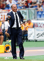Calcio, Serie A: Roma vs Cagliari. Roma, stadio Olimpico, 21 settembre 2014.<br /> Cagliari coach Zdenek Zeman, of Czech Republic, gives suggestions to his players during the Italian Serie A football match between AS Roma and Cagliari at Rome's Olympic stadium, 21 September 2014.<br /> UPDATE IMAGES PRESS/Riccardo De Luca