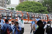 SAO PAULO.-SP, 22 DE JANEIRO 2013 CIDADES -COTIDIANO.Fim da GREVE ONIBUS.Fim da Greve onibus deixa Garagem da Empresa Transpass na Rua Torres de Oliveiras no Bairro do Jaguare.Apos acordo com empresa. SP ADRIANO LIMA / BRAZIL PHOTO PRESS).