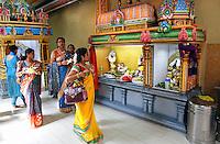 Nederland Den Helder  2016  06 26. Jaarlijkse tempelfeest bij de Hindoe tempel in Den Helder.. Vereniging Sri Varatharaja Selvavinayagar voltooide in 2003 het gebouw dat wordt gebruikt voor het bevorderen van kunst en cultuur. Een ander deel wordt gebruikt voor het praktiseren van religieuze waarden. Het hoogtepunt van de feestperiode is het voorttrekken van de wagen ( chithira theer of ratham ). Dit is een kleurrijke optocht, waarbij de godheid Ganesh in de wagen wordt voortgetrokken door gelovigen. Vrouwen in de tempel. Foto Berlinda van Dam /  Hollandse Hoogte