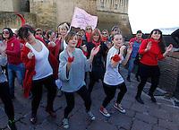centinaia di donne ballano ai piedi del castel dell'ovo di Napoli  per un flash mob contro la violenza sulle donne centinaia di donne ballano ai piedi del castel dell'ovo di Napoli  per un flash mob contro la violenza sulle donne