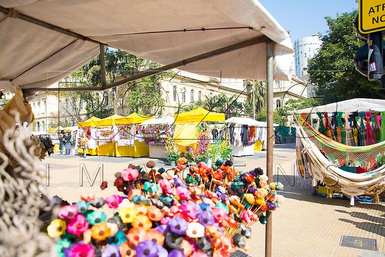 Feira de artesanato realizada na Praça da República, São Paulo - SP, 07/2016.
