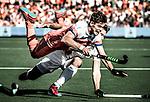 AMSTELVEEN -  Sander de Wijn (Ned) gaat hard onderuit tegen Manu Stockbroekx (Bel.) tijdens de finale Belgie-Nederland (2-4) bij de Rabo EuroHockey Championships 2017.   COPYRIGHT KOEN SUYK