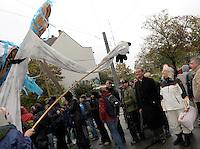 """Nazi Aufmarsch / Demo in Leipzig Ost - Leipziger verhindert den Zug durch die Stadt mit Blockade am S-Bahnhof Sellerhausen - unter dem Motto """"Leipzig nimmt Platz"""" nahmen Hunderte Leipziger an der bunten Gegenveranstaltung teil - sie schafften es den Start des Aufmarsches solange zu verhindern bis die Polizei die Kundgebung für beendet erklärte - in diesem Moment (ca. 16:40) eskalierte die Situation auf Seiten der Sympathiesanten der rechten Szene - Steine und Flaschen flogen - die Polizei bekam die Situation rasch wieder unter Kontrolle - im Bild:  Straßentheater auf Seite der Gegendemonstranten - hier vor OBM Burkhard Jung. Foto: Norman Rembarz..Norman Rembarz , ASV-Autorennummer 41043728 , Holbeinstr. 14, 04229 Leipzig, Tel.: 01794887569, Hypovereinsbank: BLZ: 86020086, KN: 357889472, St.Nr.: 231/261/06432 - Jegliche kommerzielle Nutzung ist honorar- und mehrwertsteuerpflichtig! Persönlichkeitsrechte sind zu wahren. Es wird keine Haftung übernommen bei Verletzung von Rechten Dritter. Autoren-Nennung gem. §13 UrhGes. wird verlangt. Weitergabe an Dritte nur nach  vorheriger Absprache.."""