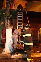 FOTO EMBARGADA PARA VEICULOS INTERNACIONAIS, SAO PAULO, SP, 05/11/2012, INCENDIO TINTURARIA. Um incendio na madrugada dessa Segunda feira (5) destruiu completamente uma tinturaria na Rua Felipe Camarao no bairro do Tatuape. Treze viaturas dos bombeiros atenteram a ocorrencia e ninguem ficou ferido. Luiz Guarnieri/ Brazil Photo Press
