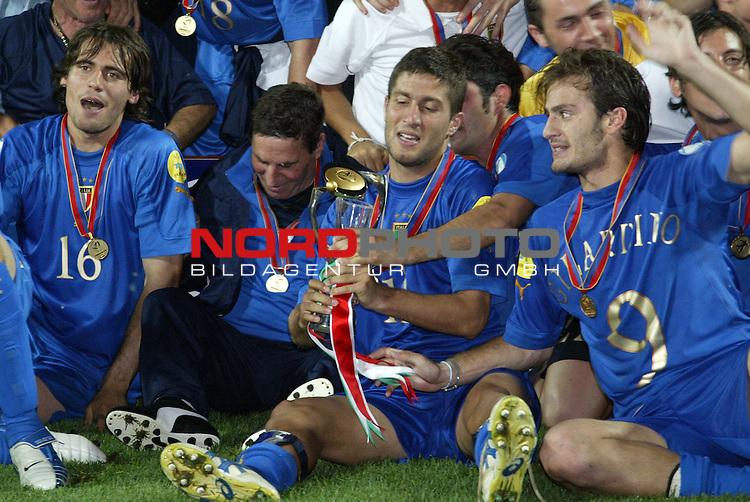 U21 - EM 2004 - Finale<br /> Serbien und Montenegro vs. Italien 0:3<br /> Alessandro Potenza, Cesare Bovo und Alberto Gilardino (v.l.n.r.:) von Italien mit dem Pokal des neuen Europameisters 2004 der U21. Bovo erzielte das Tor zum 2:0 und Gilardino das Tor zum 3:0 fuer Italien.<br /> Foto &copy; nordphoto - Ruediger Lampe<br /> <br /> <br /> <br />  *** Local Caption *** Foto ist honorarpflichtig! zzgl. gesetzl. MwSt.<br />  Belegexemplar erforderlich<br /> Adresse: nordphoto<br /> Georg-Reinke-Strasse 1<br /> 49377 Vechta