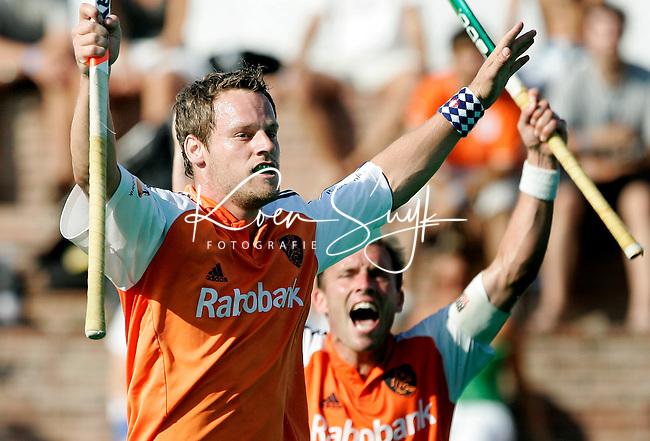 TERRASSA - Taeke Taekema (l) heeft de stand op 1-0 gebracht.,zondag tijdens de Champions Trophy finale Nederland-Duitsland in Terrassa, Spanje. Op de achtergrond Jeroen Delmee. ANP PHOTO KOEN SUYK