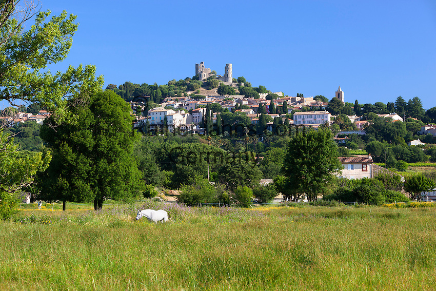 France, Provence-Alpes-Côte d'Azur, Grimaud: View of old village and ruined castle | Frankreich, Provence-Alpes-Côte d'Azur, Grimaud: mit Burgruine