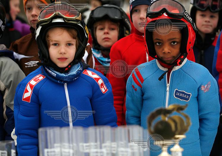 Oskar Ødegaard Mortensen (8)  and Kristian Tveiten  is at the front, waiting to get their prizes following a competition in Jardarkollen.