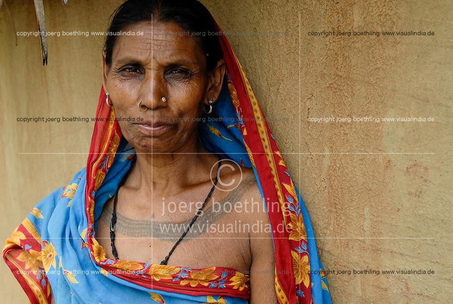 INDIA, Jharkhand, village Sarwan, indian tribe Santhal, woman with tatoo / INDIEN, Jharkand , Dorf Sarwan, Adivasi, indische Ureinwohner, Santhal Frau mit Taetowierung und Sari