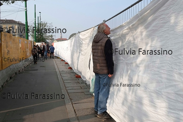 Milano, 30 ottobre 2014, Piazza 24 Maggio Lavori in corso,Gente curiosa<br />  Work in progress in the Piazza 24 Maggio, People curious