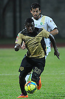 ITAGÜI - COLOMBIA -03-04-2014: Yessy Mena (Izq.) jugador de Itagüi disputa el balón con Fernando Batiste (Der.) jugador de La Equidad durante  partido Itagüi y La Equidad por la fecha 14 de la Liga Postobon I 2014 en el estadio Ditaires de la ciudad de Itagüi. / Yessy Mena (L) player of Itagüi fights for the ball with Fernando Batiste (R) player of La Equidad during a match Itagüi and La Equidad for the date 14th of the Liga Postobon I 2014 at the Ditaires stadium in Itagüi city. Photo: VizzorImage / Luis Rios / Str.