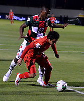 TUNJA-COLOMBIA, 29-01-2020: Jarol Martínez de Boyacá Chicó F. C., y Daniel Mantilla de Patriotas Boyacá F. C., disputan el balón durante partido entre Boyacá Chicó F. C. y Patriotas Boyacá F. C., de la fecha 2 por la Liga BetPlay DIMAYOR I 2020 en el estadio La Independencia en la ciudad de Tunja. / Jarol Martínez of Boyacá Chicó F. C., and Daniel Mantilla of Patriotas Boyacá F. C., figth the ball, during a match between Boyacá Chicó F. C. and Patriotas Boyacá F. C., of the 2nd date for the BetPlay DIMAYOR Leguaje I 2020 at La Independencia stadium in Tunja city. / Photo: VizzorImage / José Miguel Palencia / Cont.