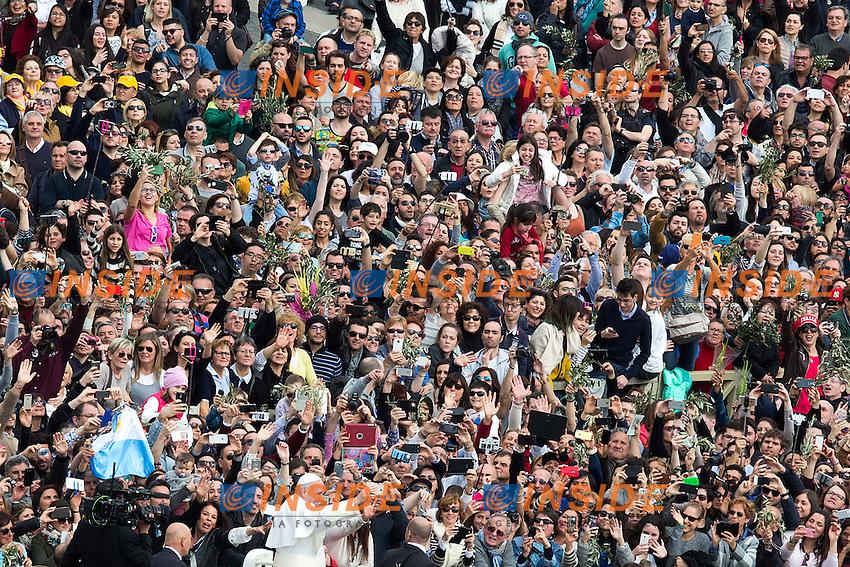 Papa Jorge Mario Bergoglio, Francesco in mezzo alla folla con la Papa mobile<br /> Roma 20-03-2016 Vaticano Piazza San Pietro. Santa Messa per la domenica delle Palme. St Peter's Square. Holy Mass for Sunday of Palms.<br /> Photo Samantha Zucchi Insidefoto