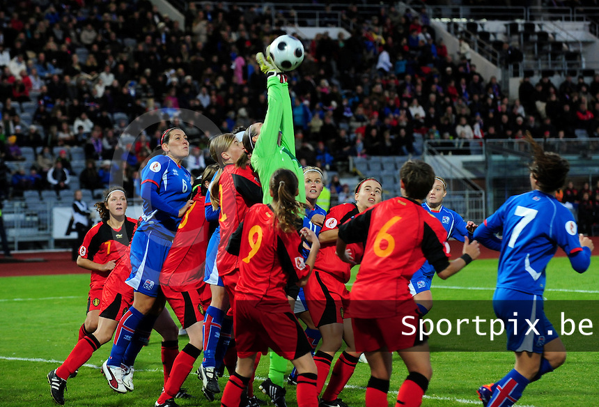 Iceland : UEFA Women's Euro Qualifying group stage (Group 3) - 21/09/2011 - 21:30CET (19:30 local time) - Laugardalsvöllur - Reykjavik : ICELAND (ijsland) - BELGIUM ( Belgie) : Sabrina Broos plukt een corner uit de lucht..foto DAVID CATRY / Vrouwenteam.be